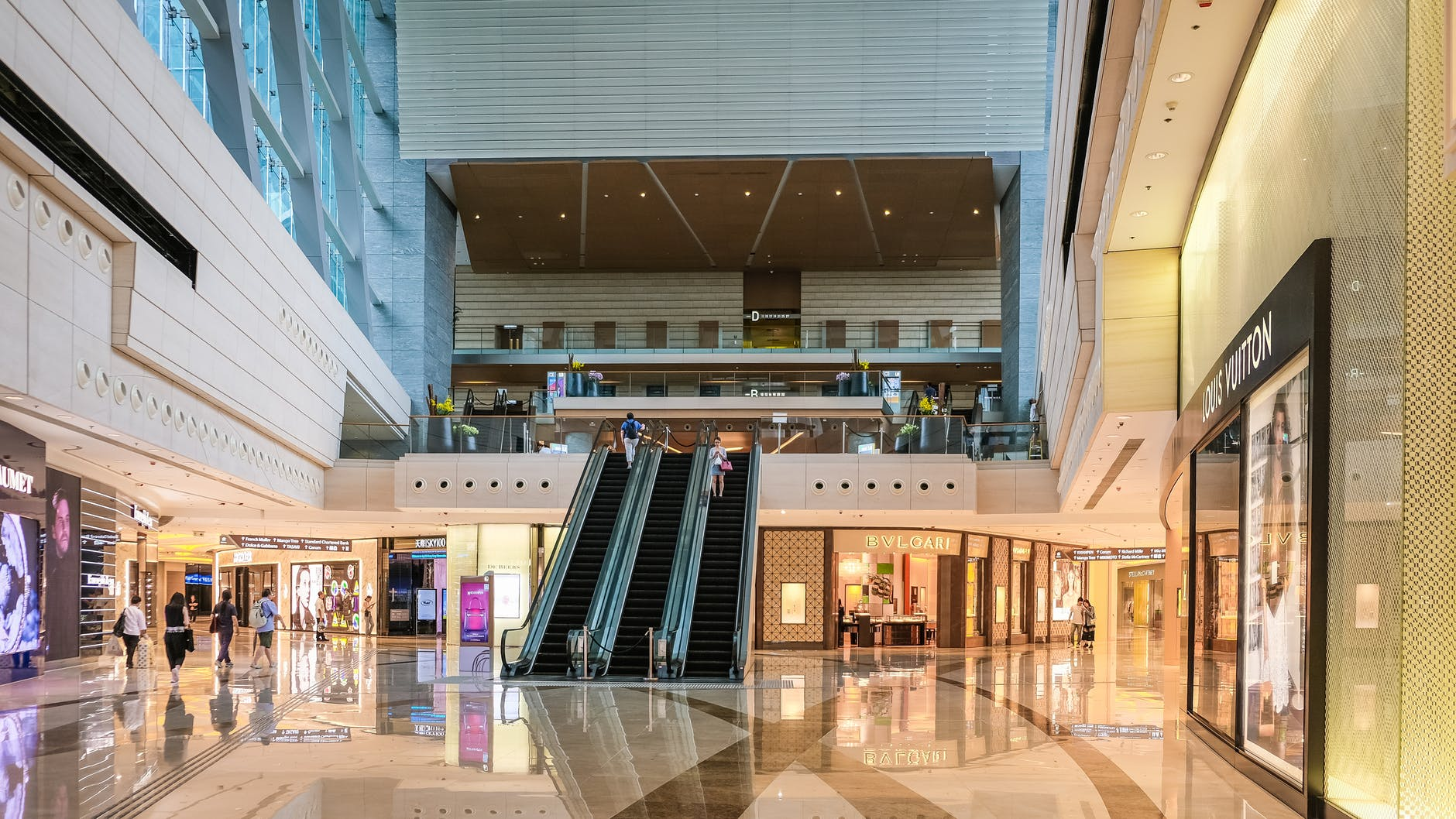 Madison, WI - Robbers Injure Security Guard At 350 E Towne Mall